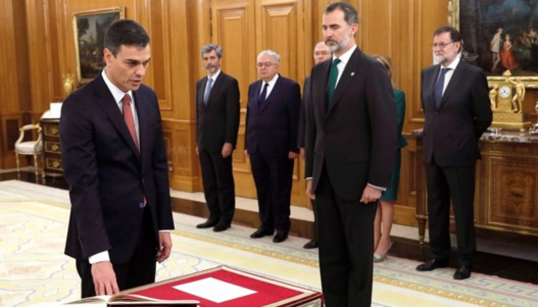 Pedro Sánchez being sworn into office